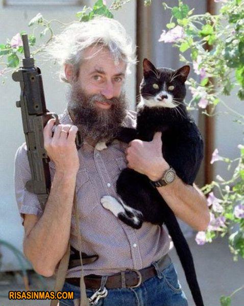 El señor del gato... y la metralleta