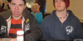 La abuela fotobomba