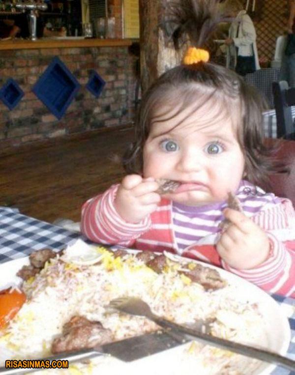 La peque comiendo carne