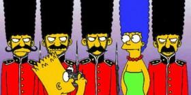 Marge Simpson camuflada entre la Guardia Real Inglesa