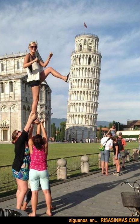 Apoyada en la Torre de Pisa
