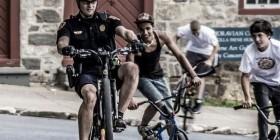 Policía impartiendo...