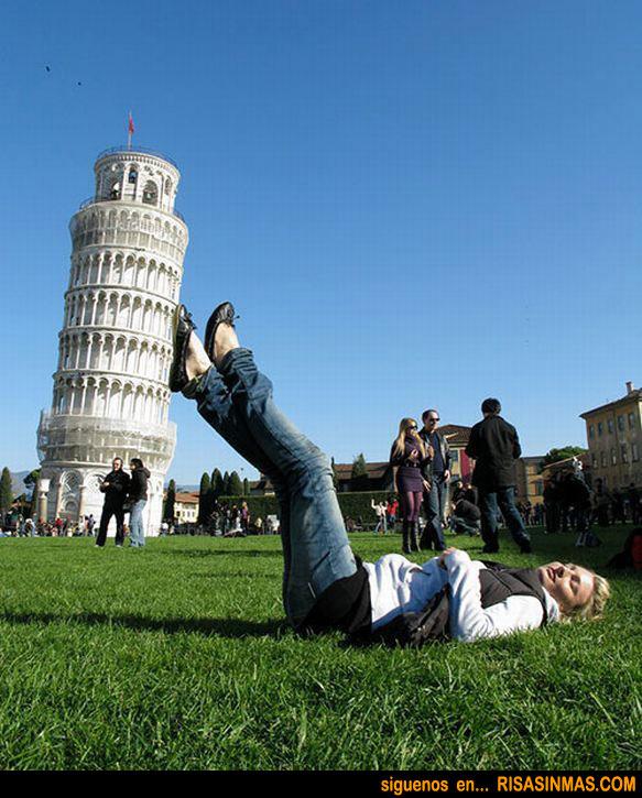 Los turistas sostienen la torre de Pisa