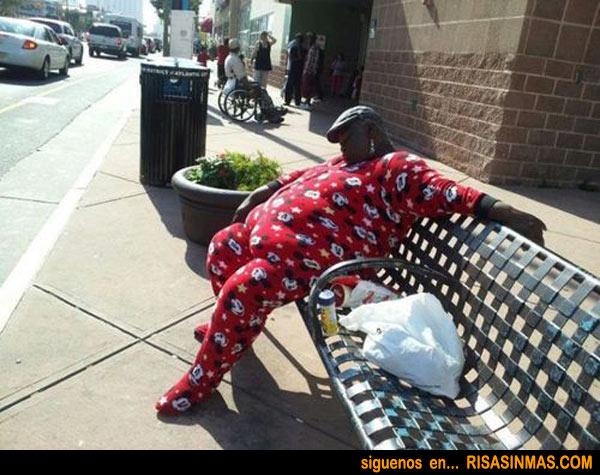 Dormido en la calle y en pijama