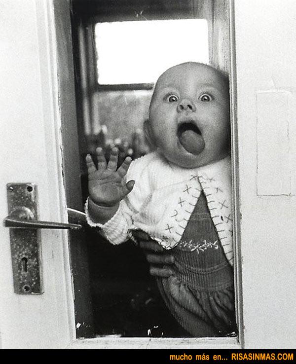 Bebé chupando la ventana