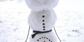 Muñeco de nieve feliz por la llegada de la Navidad