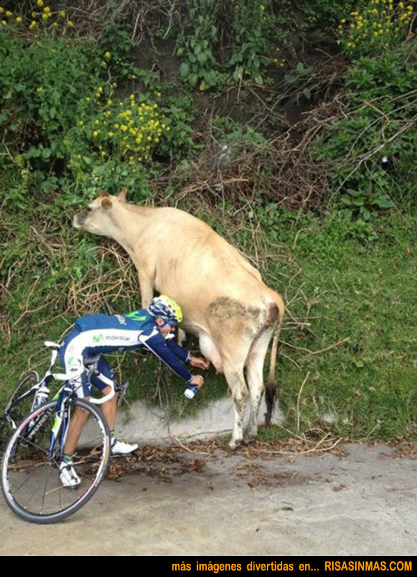 Ciclista rellenando su botellín