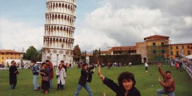 Fotografiándose junto a la Torre de Pisa