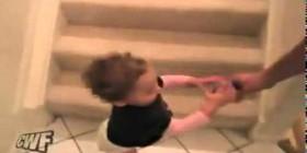 Bebé bajando las escaleras
