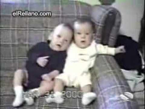 Bebé con hipo y otro que se parte de risa
