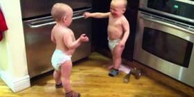 Bebés gemelos habladores. Parte 2
