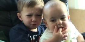 Charlie mordiendo el dedo
