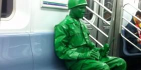 Disfraz de soldado de juguete en el metro