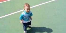 El bebé que tiene miedo de su sombra