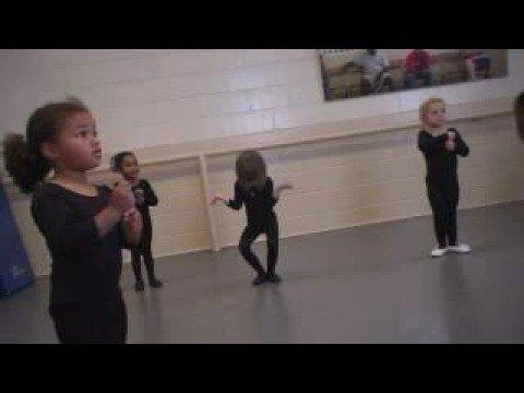 Niñas aprendiendo ballet