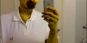 Homer Simpson haciéndose la foto para el Facebook