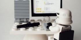 Soldado Imperial mirando su perfil de Facebook