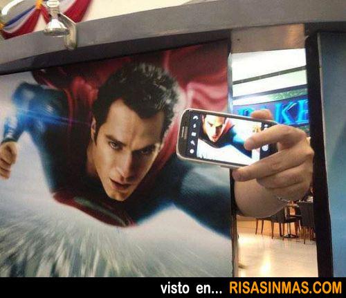 Superman sacándose una foto para su perfil de facebook