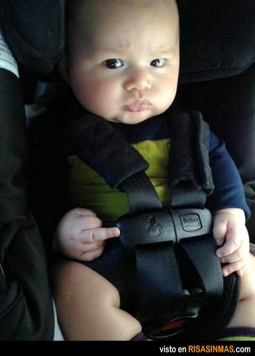 Un bebé con actitud