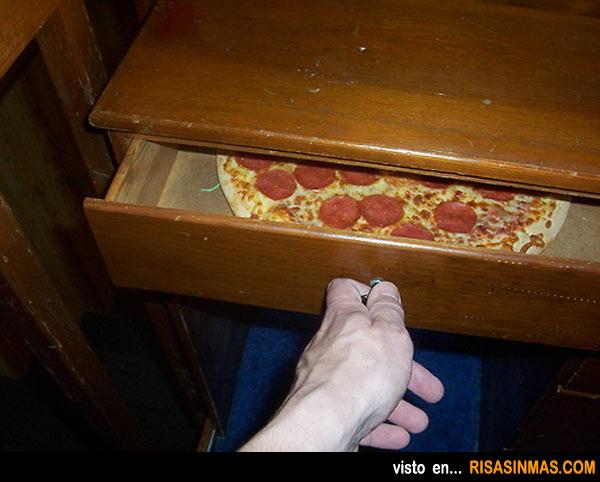 Abres la mesilla y... te encuentras una pizza