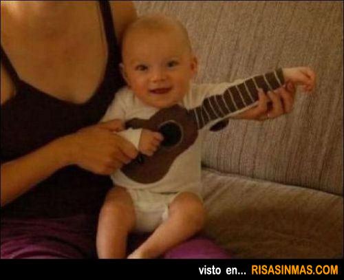 Bebé tocando la guitarra