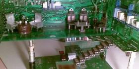 Casa de muñecas hecha con placas electrónicas