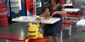 Comiendo con Pikachu