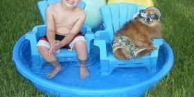 Dos amigos en la piscina