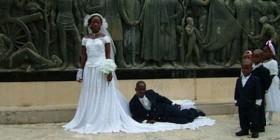 Fotos originales de boda: Tumbado sobre el vestido de la novia
