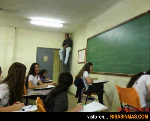 Profesor controlando un exámen