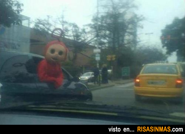 Vas conduciendo y te adelanta un coche con un Teletubbie