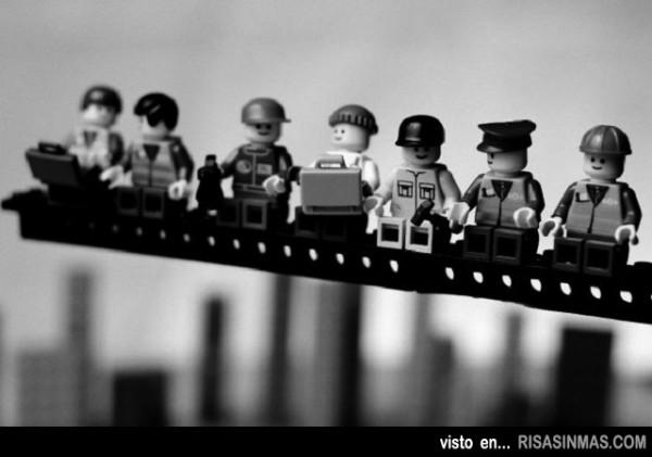 Almuerzo en lo alto de un rascacielos versión LEGO