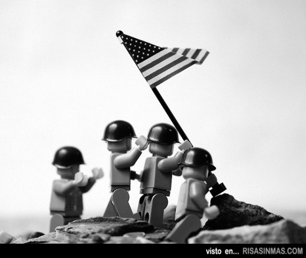 Alzando la bandera en Iwo Jima versión LEGO