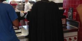 Batman en un restaurante de comida rápida