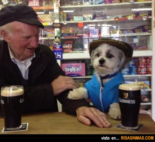 Dos amigos tomando una cerveza