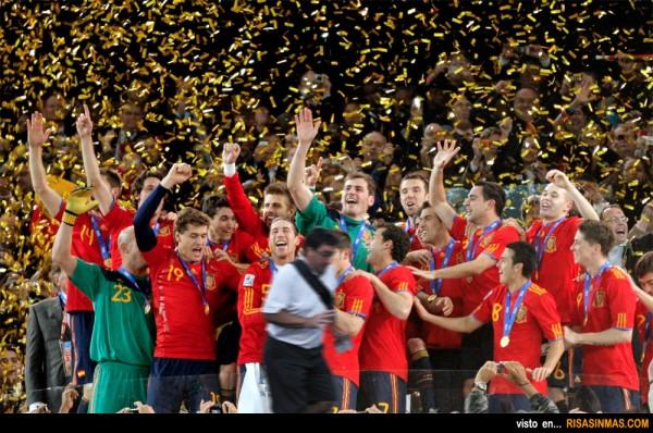 España campeona del Mundo de Fútbol y... ¿Quién sale en la foto?