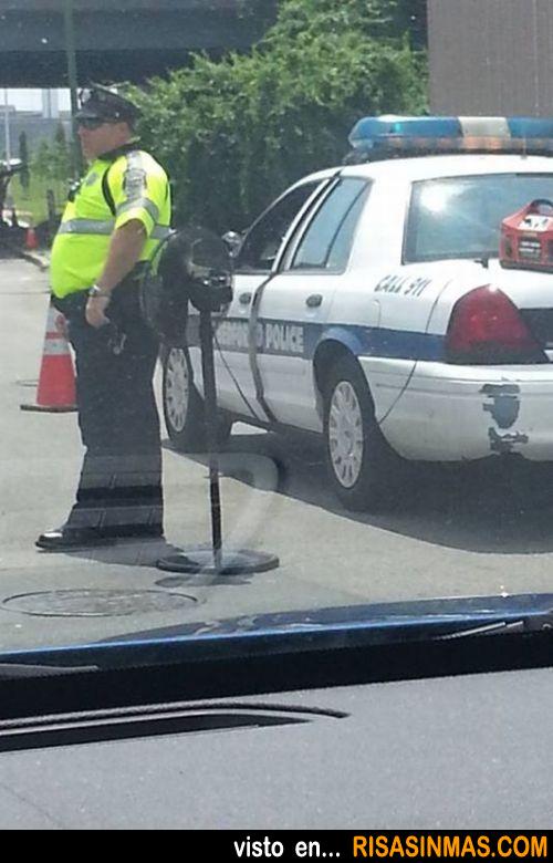 Policía que no quiere pasar calor