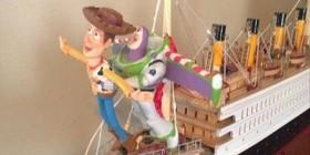 Woody y Buzz Lightyear recordando la famosa escena de Titanic