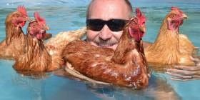 Foto rara del día: bañándose con sus gallinas
