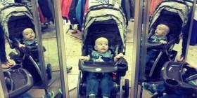 Bebé asustado con su reflejo