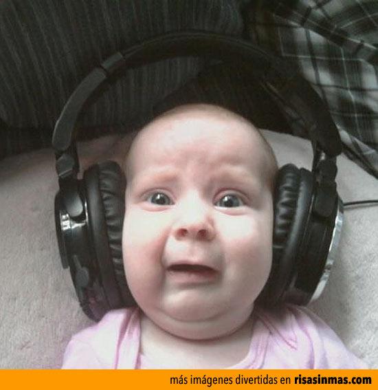 Bebé escuchando a Justin Bieber
