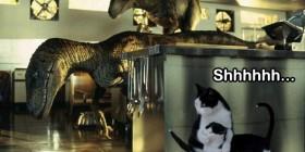 Gatos escondiéndose de los velociraptores