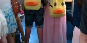 Bonita pareja...de mochilas