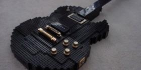 Guitarra hecha con LEGO