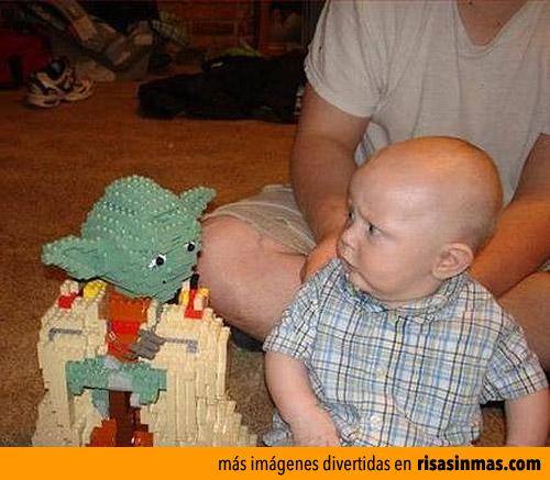 Imagen graciosa de un bebé mirando a Yoda