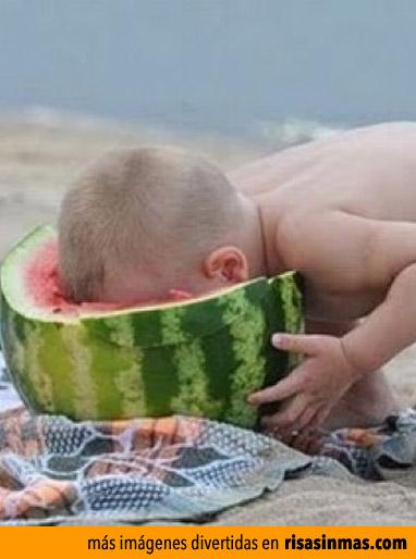 Niño comiendo sandía
