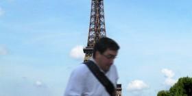Tomando una bonita foto de la Torre Eiffel y... la estropea el arruina fotos