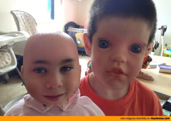 Caras cambiadas: Niño con muñeca