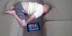 Niños que inventan nuevas posturas para ver el iPad