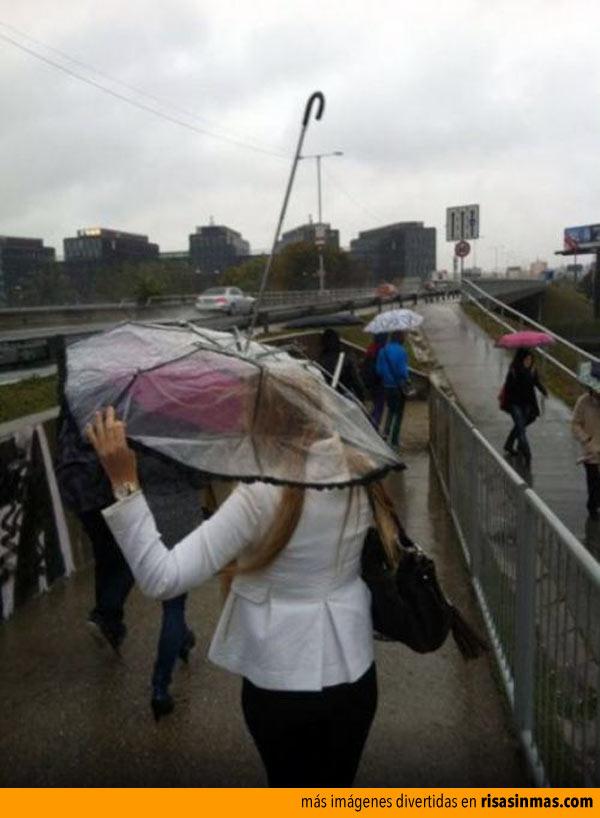 Rubia usando un paraguas